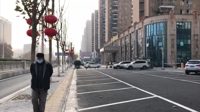 Tâm dịch Vũ Hán sau 3 tuần bị phong tỏa: Mọi thứ đang dần thay đổi, người cố gắng rời đi, người tìm cách chống chọi - Ảnh 1.