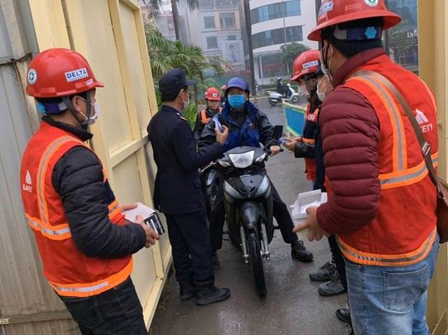 Công trường xây dựng Hà Nội đo thân nhiệt, phát khẩu trang cho công nhân - Ảnh 4.