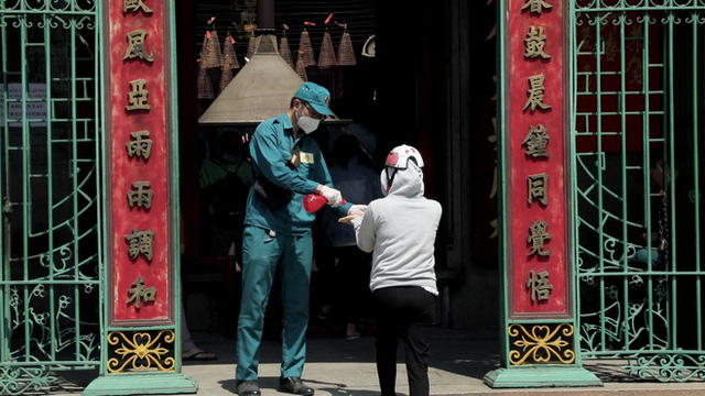 Khách đi chùa ngày Rằm tháng Giêng ở TP Hồ Chí Minh được khuyến cáo đeo khẩu trang, xịt khuẩn - Ảnh 4.