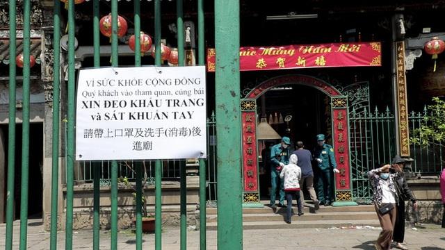 Khách đi chùa ngày Rằm tháng Giêng ở TP Hồ Chí Minh được khuyến cáo đeo khẩu trang, xịt khuẩn - Ảnh 5.