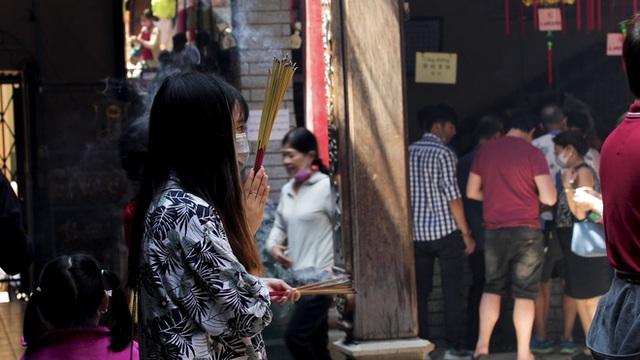 Khách đi chùa ngày Rằm tháng Giêng ở TP Hồ Chí Minh được khuyến cáo đeo khẩu trang, xịt khuẩn - Ảnh 6.