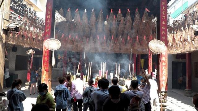 Khách đi chùa ngày Rằm tháng Giêng ở TP Hồ Chí Minh được khuyến cáo đeo khẩu trang, xịt khuẩn - Ảnh 7.