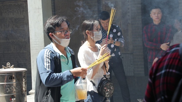 Khách đi chùa ngày Rằm tháng Giêng ở TP Hồ Chí Minh được khuyến cáo đeo khẩu trang, xịt khuẩn - Ảnh 8.