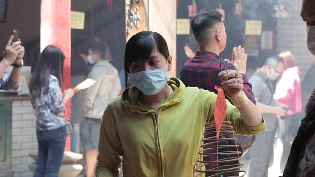 Khách đi chùa ngày Rằm tháng Giêng ở TP Hồ Chí Minh được khuyến cáo đeo khẩu trang, xịt khuẩn - Ảnh 9.