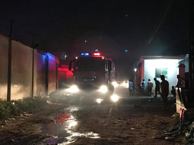 Công ty sản xuất mùn cưa rộng 5.000m2 bốc cháy dữ dội lúc nửa đêm, hàng chục người tháo chạy  - Ảnh 2.