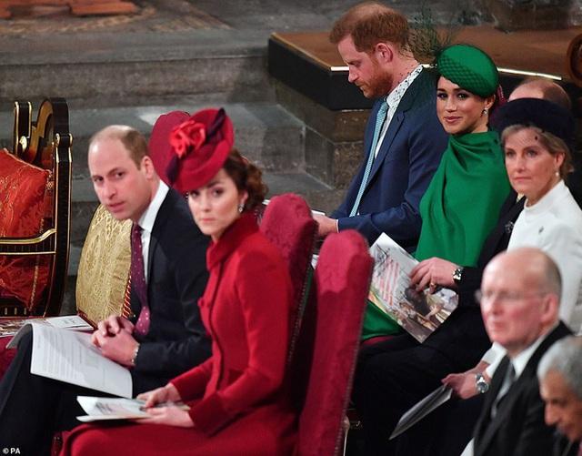 Vợ chồng Hoàng tử William bị chỉ trích vì cư xử thô lỗ với nhà Meghan Markle, đặc biệt là thái độ của Công nương Kate dành cho em dâu - Ảnh 2.
