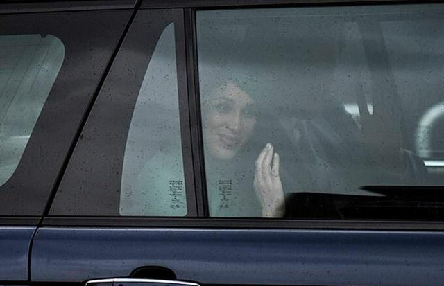 Meghan Markle vẫy chào tạm biệt hoàng gia trong khi Harry gần như suy sụp, vài giờ sau Công nương Kate xuất hiện tỏa sáng trong sự kiện mới - Ảnh 2.