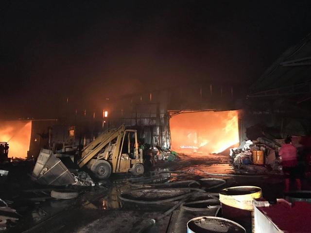 Công ty sản xuất mùn cưa rộng 5.000m2 bốc cháy dữ dội lúc nửa đêm, hàng chục người tháo chạy  - Ảnh 3.