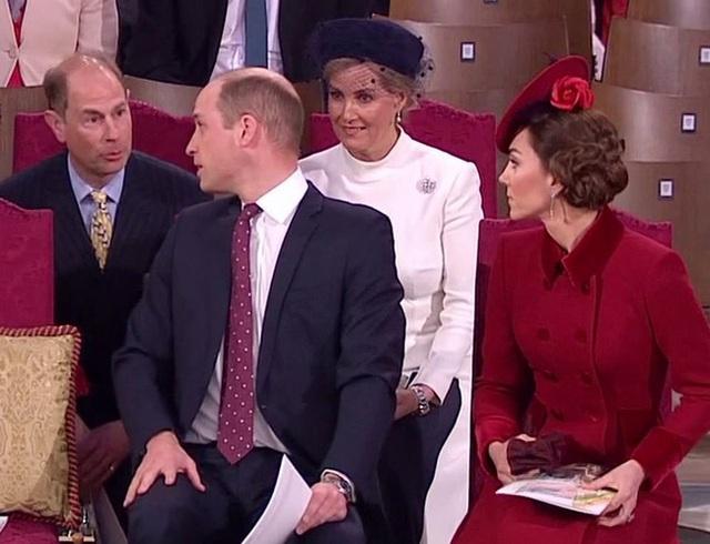 Vợ chồng Hoàng tử William bị chỉ trích vì cư xử thô lỗ với nhà Meghan Markle, đặc biệt là thái độ của Công nương Kate dành cho em dâu - Ảnh 4.