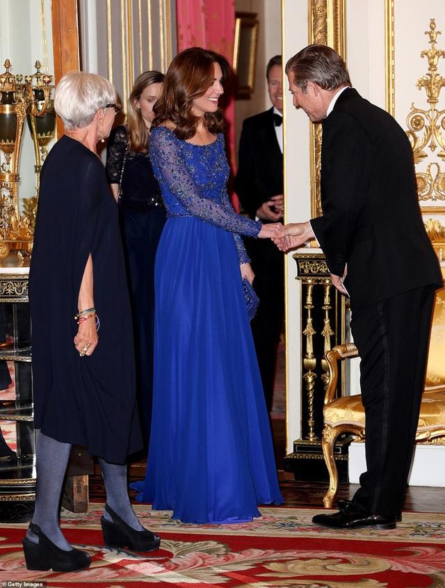 Meghan Markle vẫy chào tạm biệt hoàng gia trong khi Harry gần như suy sụp, vài giờ sau Công nương Kate xuất hiện tỏa sáng trong sự kiện mới - Ảnh 4.