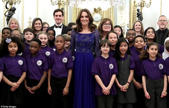 Meghan Markle vẫy chào tạm biệt hoàng gia trong khi Harry gần như suy sụp, vài giờ sau Công nương Kate xuất hiện tỏa sáng trong sự kiện mới - Ảnh 5.