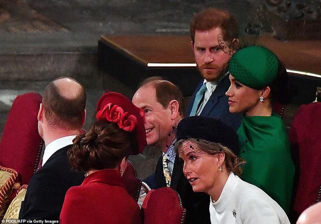 Vợ chồng Hoàng tử William bị chỉ trích vì cư xử thô lỗ với nhà Meghan Markle, đặc biệt là thái độ của Công nương Kate dành cho em dâu - Ảnh 6.