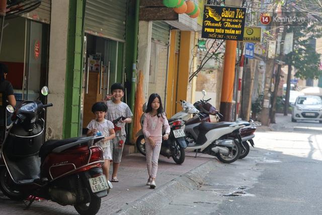 Người dân sinh sống quanh khu vực bị cách ly ở Hà Nội: Đêm vẫn ngủ ngon, hoàn toàn yên tâm vào các biện pháp phòng dịch của Nhà nước - Ảnh 7.