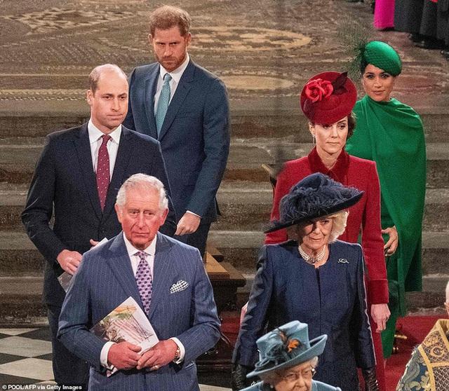 Vợ chồng Hoàng tử William bị chỉ trích vì cư xử thô lỗ với nhà Meghan Markle, đặc biệt là thái độ của Công nương Kate dành cho em dâu - Ảnh 7.