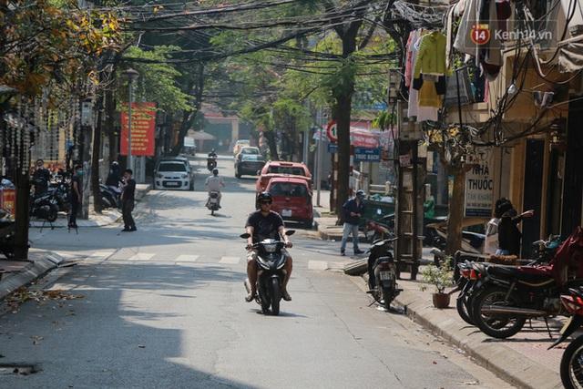 Người dân sinh sống quanh khu vực bị cách ly ở Hà Nội: Đêm vẫn ngủ ngon, hoàn toàn yên tâm vào các biện pháp phòng dịch của Nhà nước - Ảnh 9.