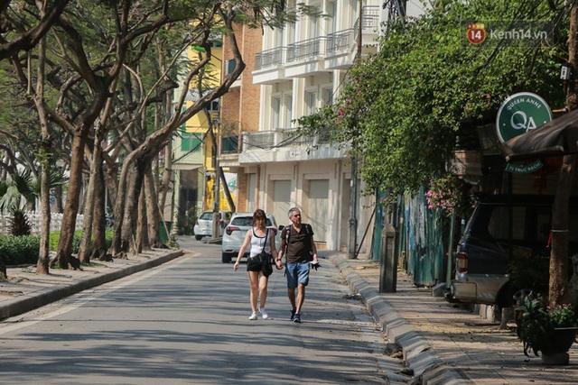 Người dân sinh sống quanh khu vực bị cách ly ở Hà Nội: Đêm vẫn ngủ ngon, hoàn toàn yên tâm vào các biện pháp phòng dịch của Nhà nước - Ảnh 10.