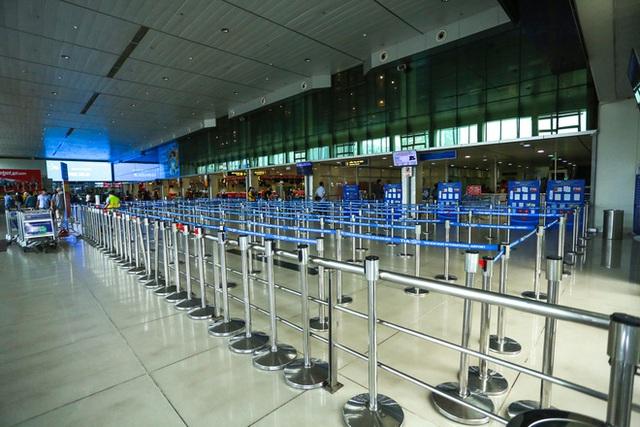 Sân bay Tân Sơn Nhất vắng tanh sau nhiều ca nhiễm Covid-19 mới được công bố - Ảnh 1.