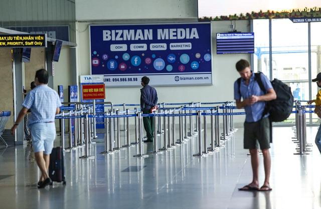 Sân bay Tân Sơn Nhất vắng tanh sau nhiều ca nhiễm Covid-19 mới được công bố - Ảnh 2.