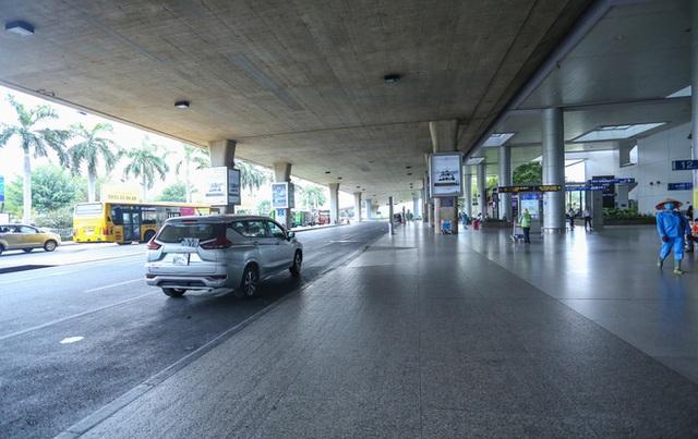 Sân bay Tân Sơn Nhất vắng tanh sau nhiều ca nhiễm Covid-19 mới được công bố - Ảnh 11.