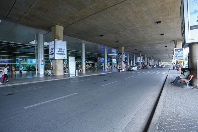 Sân bay Tân Sơn Nhất vắng tanh sau nhiều ca nhiễm Covid-19 mới được công bố - Ảnh 12.