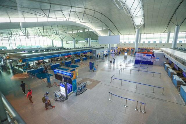 Sân bay Tân Sơn Nhất vắng tanh sau nhiều ca nhiễm Covid-19 mới được công bố - Ảnh 13.