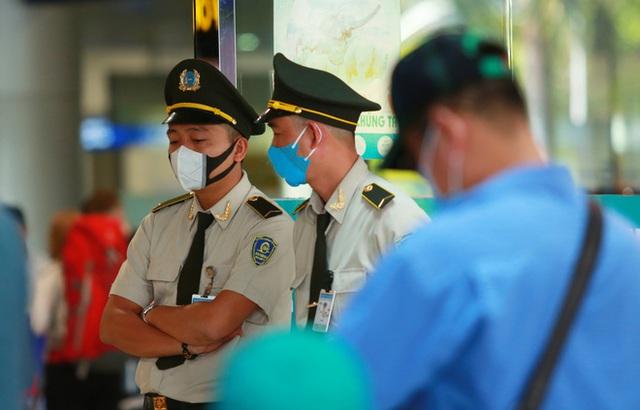 Sân bay Tân Sơn Nhất vắng tanh sau nhiều ca nhiễm Covid-19 mới được công bố - Ảnh 14.