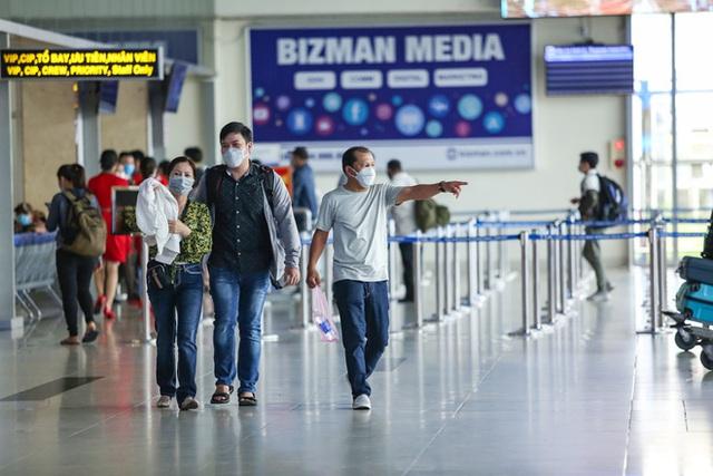 Sân bay Tân Sơn Nhất vắng tanh sau nhiều ca nhiễm Covid-19 mới được công bố - Ảnh 15.