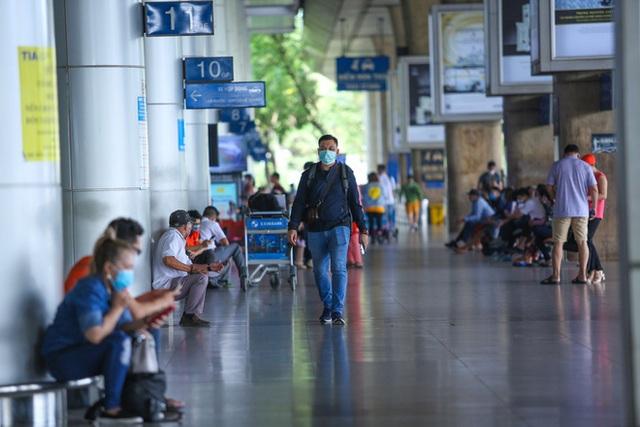 Sân bay Tân Sơn Nhất vắng tanh sau nhiều ca nhiễm Covid-19 mới được công bố - Ảnh 17.