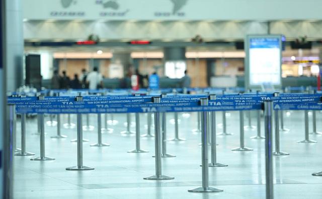 Sân bay Tân Sơn Nhất vắng tanh sau nhiều ca nhiễm Covid-19 mới được công bố - Ảnh 4.