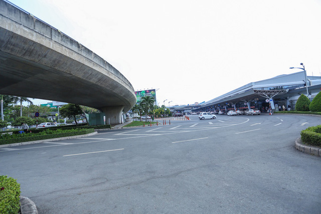 Sân bay Tân Sơn Nhất vắng tanh sau nhiều ca nhiễm Covid-19 mới được công bố - Ảnh 5.