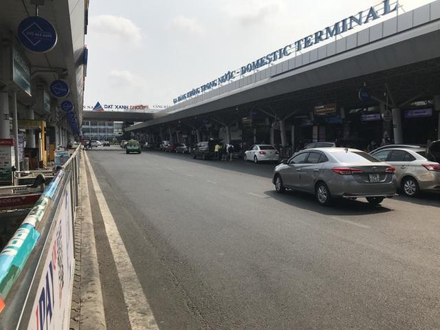 Sân bay Tân Sơn Nhất vắng tanh sau nhiều ca nhiễm Covid-19 mới được công bố - Ảnh 6.