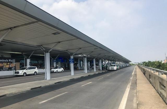 Sân bay Tân Sơn Nhất vắng tanh sau nhiều ca nhiễm Covid-19 mới được công bố - Ảnh 8.