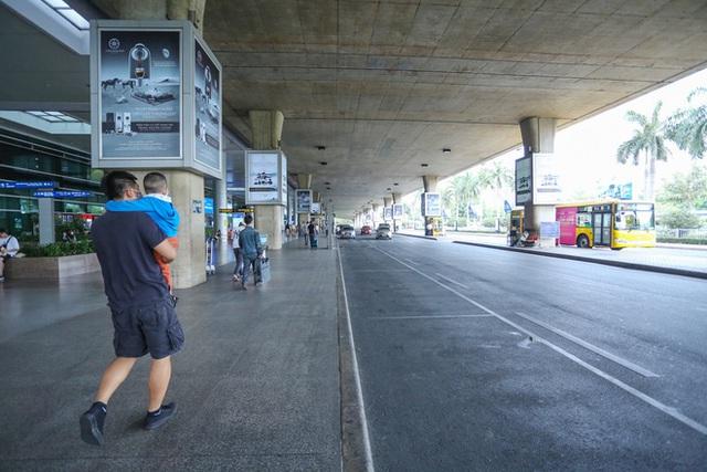 Sân bay Tân Sơn Nhất vắng tanh sau nhiều ca nhiễm Covid-19 mới được công bố - Ảnh 9.