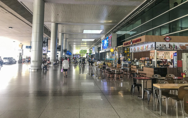 Sân bay Tân Sơn Nhất vắng tanh sau nhiều ca nhiễm Covid-19 mới được công bố - Ảnh 10.