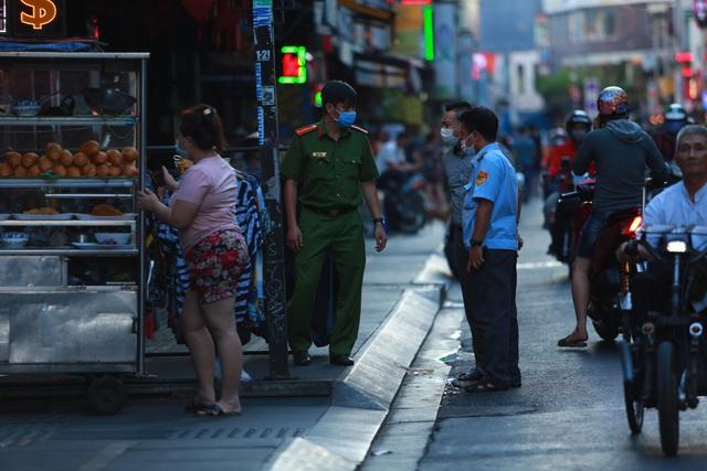 [ẢNH] Hàng loạt quán bar, nhà hàng phố Tây Bùi Viện đóng cửa để phòng chống dịch Covid-19 - Ảnh 4.