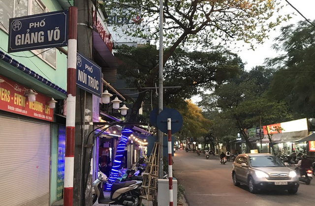 [Ảnh] Nhiều cửa hàng treo biển mong khách thông cảm, nghỉ bán hàng nơi bệnh nhân 50 nhiễm Covid-19 sinh sống ở Hà Nội - Ảnh 1.