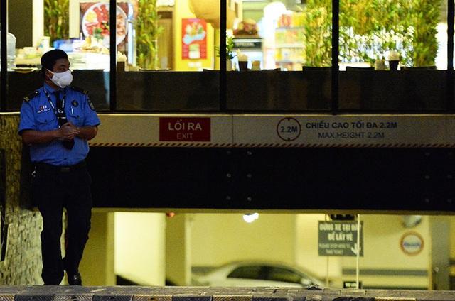 [Ảnh] Nhiều cửa hàng treo biển mong khách thông cảm, nghỉ bán hàng nơi bệnh nhân 50 nhiễm Covid-19 sinh sống ở Hà Nội - Ảnh 4.