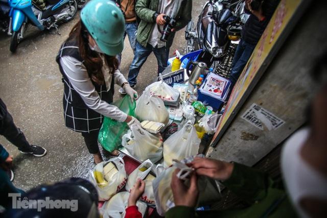 Phát thực phẩm miễn phí cho người dân khu cách ly - Ảnh 1.