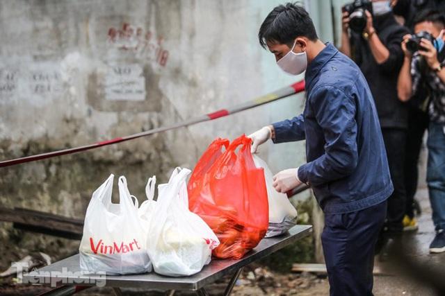 Phát thực phẩm miễn phí cho người dân khu cách ly - Ảnh 7.