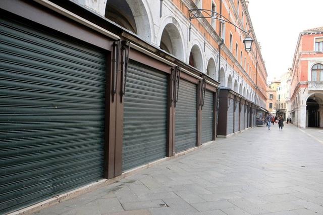 Hành động hơn vạn lời nói: Hình ảnh cho thấy người dân Italy nghiêm chỉnh chấp hành quy tắc một mét để đẩy lùi giặc Covid-19 - Ảnh 8.