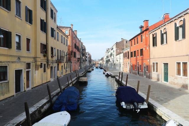 Hành động hơn vạn lời nói: Hình ảnh cho thấy người dân Italy nghiêm chỉnh chấp hành quy tắc một mét để đẩy lùi giặc Covid-19 - Ảnh 10.