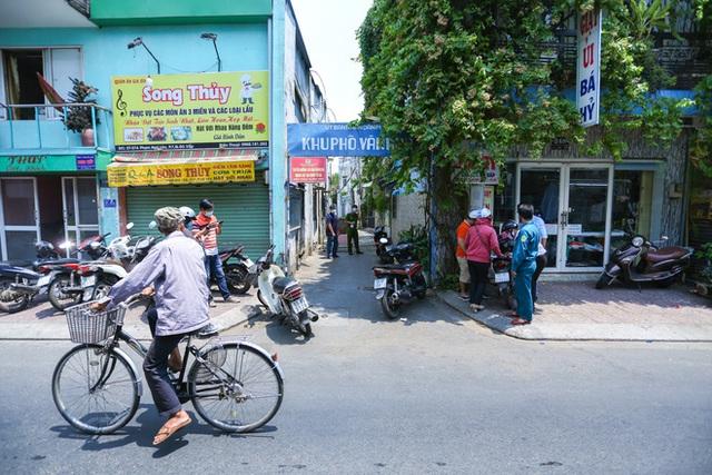 Di chuyển 2 phụ nữ trong con hẻm bị phong tỏa ở Sài Gòn vì nghi có người nhiễm Covid-19 - Ảnh 1.