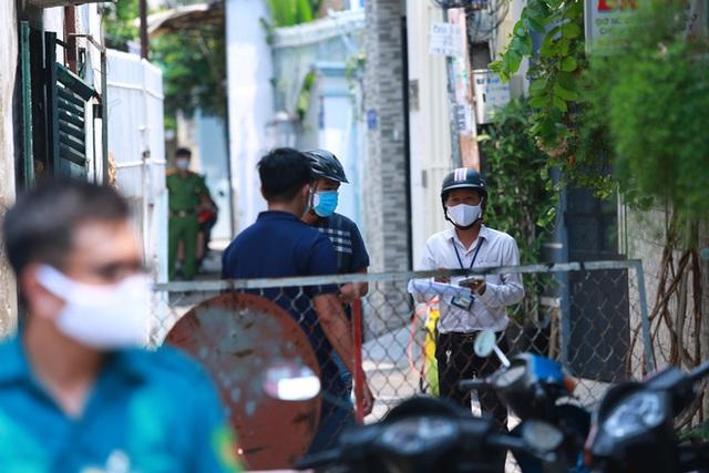 Di chuyển 2 phụ nữ trong con hẻm bị phong tỏa ở Sài Gòn vì nghi có người nhiễm Covid-19 - Ảnh 2.