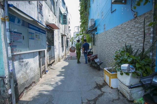 Di chuyển 2 phụ nữ trong con hẻm bị phong tỏa ở Sài Gòn vì nghi có người nhiễm Covid-19 - Ảnh 3.