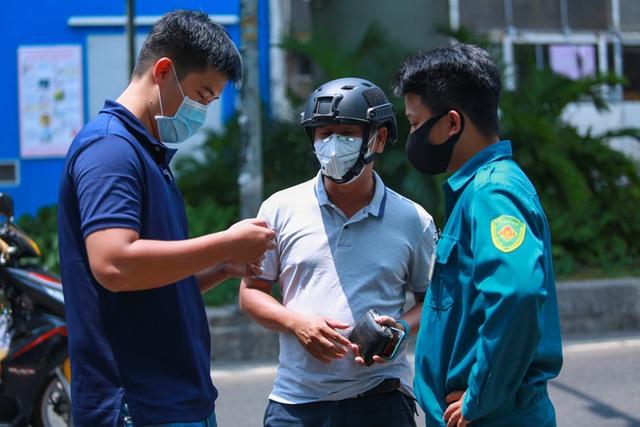 Di chuyển 2 phụ nữ trong con hẻm bị phong tỏa ở Sài Gòn vì nghi có người nhiễm Covid-19 - Ảnh 4.