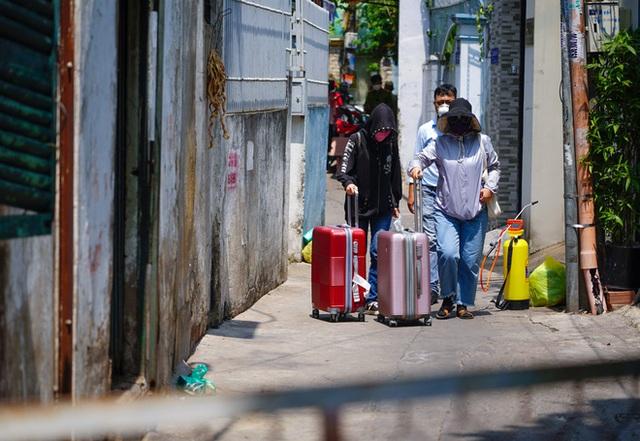 Di chuyển 2 phụ nữ trong con hẻm bị phong tỏa ở Sài Gòn vì nghi có người nhiễm Covid-19 - Ảnh 6.