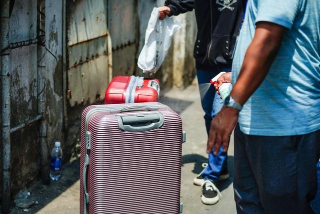 Di chuyển 2 phụ nữ trong con hẻm bị phong tỏa ở Sài Gòn vì nghi có người nhiễm Covid-19 - Ảnh 7.
