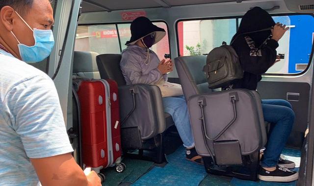 Di chuyển 2 phụ nữ trong con hẻm bị phong tỏa ở Sài Gòn vì nghi có người nhiễm Covid-19 - Ảnh 8.