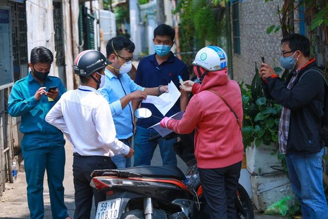 Di chuyển 2 phụ nữ trong con hẻm bị phong tỏa ở Sài Gòn vì nghi có người nhiễm Covid-19 - Ảnh 9.