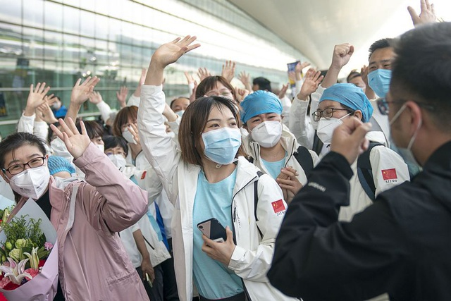 Hàng ngàn y bác sĩ xúc động đến rơi lệ khi chia tay Vũ Hán để về nhà: Cảm ơn, mọi người đã vất vả rồi! - Ảnh 11.
